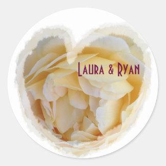 Rosa amarillo del sello del sobre del boda dentro pegatinas redondas