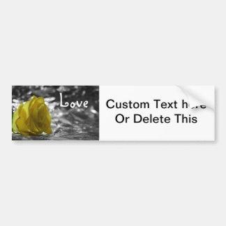 Rosa amarillo en amor del fondo de la plata del la etiqueta de parachoque