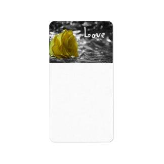 Rosa amarillo en amor del fondo de la plata del la etiquetas de dirección