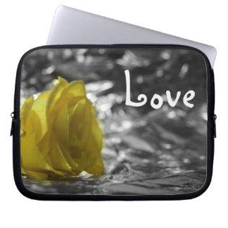 Rosa amarillo en amor del fondo de la plata del la funda ordendadores