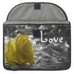 Rosa amarillo en amor del fondo de la plata del la funda macbook pro