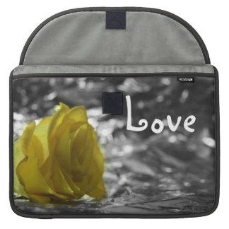 Rosa amarillo en amor del fondo de la plata del la fundas macbook pro