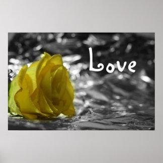 Rosa amarillo en amor del fondo de la plata del la impresiones