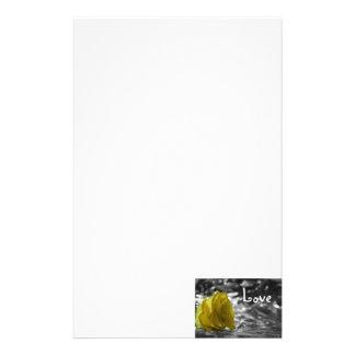 Rosa amarillo en amor del fondo de la plata del la papelería personalizada