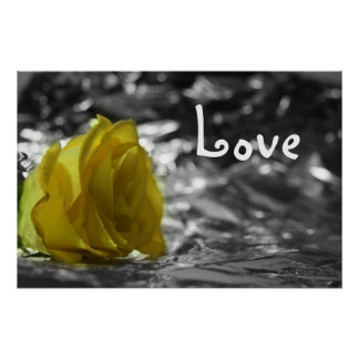Rosa amarillo en amor del fondo de la plata del la póster