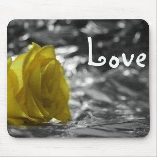 Rosa amarillo en amor del fondo de la plata del la alfombrillas de raton