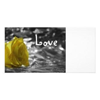 Rosa amarillo en amor del fondo de la plata del la tarjetas personales con fotos