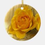 Rosa amarillo en cordón adorno navideño redondo de cerámica