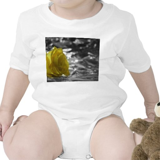 Rosa amarillo en fondo de la plata del lado izquie camiseta