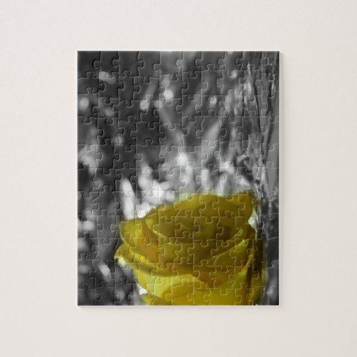 Rosa amarillo en fondo de la plata del lado izquie puzzle