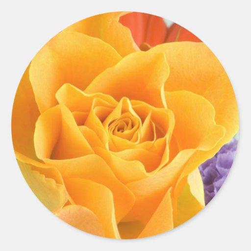 Rosa amarillo en ramo pegatina redonda