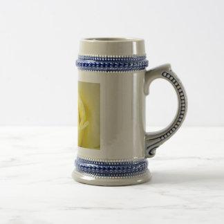 Rosa amarillo jarra de cerveza