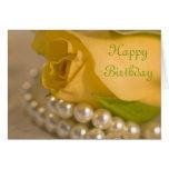 Rosa amarillo y cumpleaños de las perlas feliz felicitación