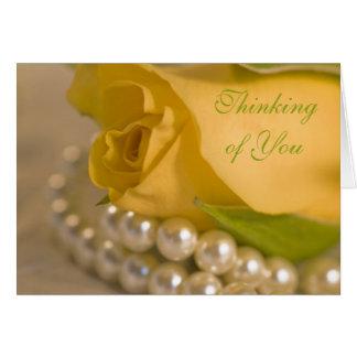 Rosa amarillo y perlas que piensan en usted tarjeta de felicitación