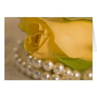 Rosa amarillo y perlas tarjeta de felicitación