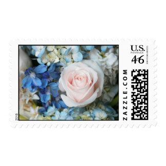 Rosa blanco con el sello azul de las flores medio