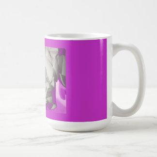 Rosa blanco con la taza rosada del resplandor