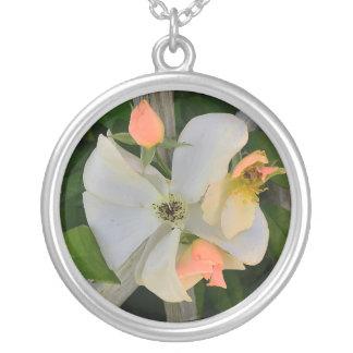 Rosa blanco con los brotes colgante redondo