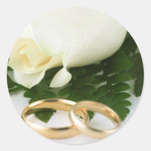 Rosa blanco con los pegatinas del anillo de bodas pegatina redonda