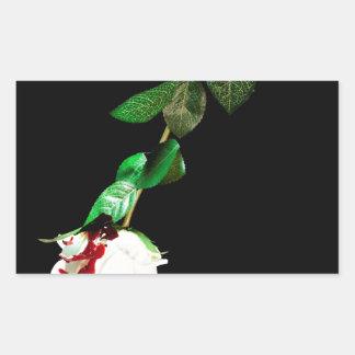 Rosa blanco cubierto con sangre pegatina rectangular