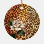 Rosa blanco del estampado leopardo femenino modern ornato