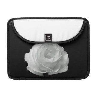 Rosa blanco en caso de Macbook del fondo negro el  Funda Macbook Pro