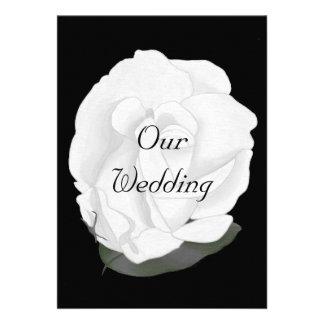 Rosa blanco en el negro casando invitaciones
