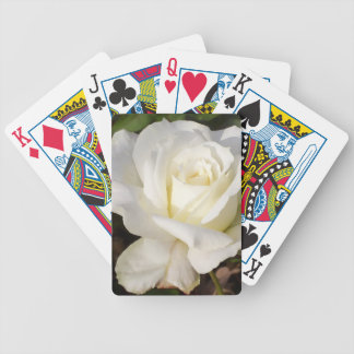 Rosa blanco que casa los regalos nupciales del baraja cartas de poker