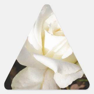 Rosa blanco que casa los regalos nupciales del pegatina triangular