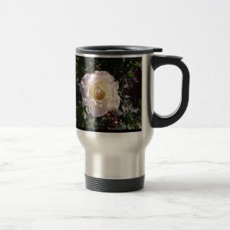 Rosa blanco y fotografía color de rosa del brote taza de viaje