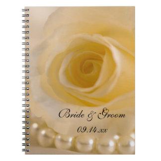 Rosa blanco y perlas que casan el cuaderno espiral