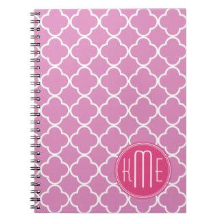 Rosa color de rosa Quatrefoil con el monograma de Libros De Apuntes