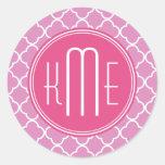 Rosa color de rosa Quatrefoil con el monograma de Etiqueta Redonda