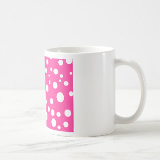 Rosa con diseño adaptable de los lunares blancos taza básica blanca