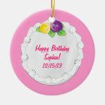 Rosa conmemorativo de la torta del feliz cumpleaño ornamentos de reyes magos