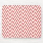 Rosa coralino con el modelo de Chevron del trullo Tapetes De Ratones