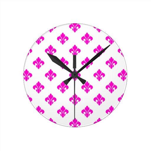 Rosa de la flor de lis 1 reloj redondo mediano