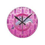 Rosa de la paz del delfín reloj redondo mediano