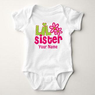 Rosa de la pequeña hermana y camisa personalizada