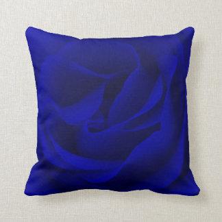 Rosa de los azules marinos magnificado cojín