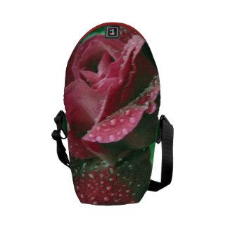 Rosa de Oregon cubierto en gotas de agua Bolsas De Mensajeria