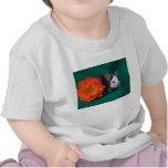 Rosa de té blanco negro del ratón y del naranja camisetas