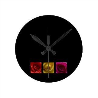 Rosa del amarillo anaranjado de los rosas del tríp reloj redondo mediano