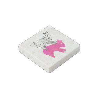 Rosa del conejo de la silueta de la mano imán de piedra