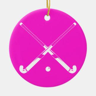 Rosa del ornamento de la silueta del hockey hierba adorno navideño redondo de cerámica