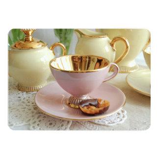Rosa e invitación de la fiesta del té de la taza