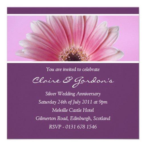 Rosa e invitación floral púrpura del aniversario