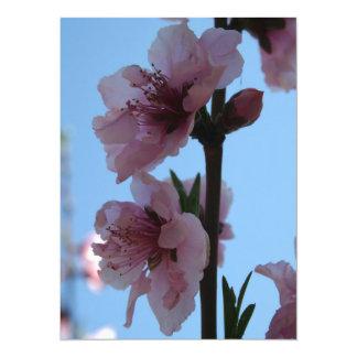 Rosa en colores pastel del flor del árbol de invitacion personalizada