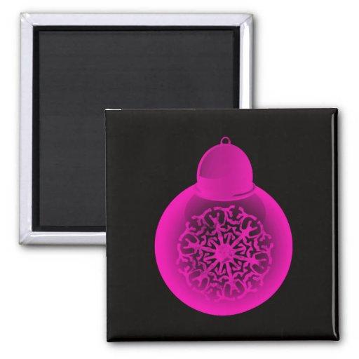 Rosa en el ornamento negro del navidad iman para frigorífico