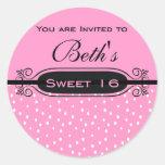 Rosa en la invitación blanca del fiesta del dulce  etiquetas